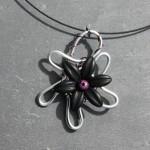 fil argenté fleur noire
