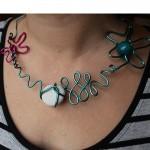 collier rose et bleu