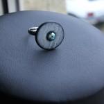 bague grise perle bleue