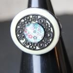 bouton coco blanc plaque et cabochon bleu