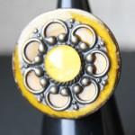 bouton coco jaune plaque et cabochon